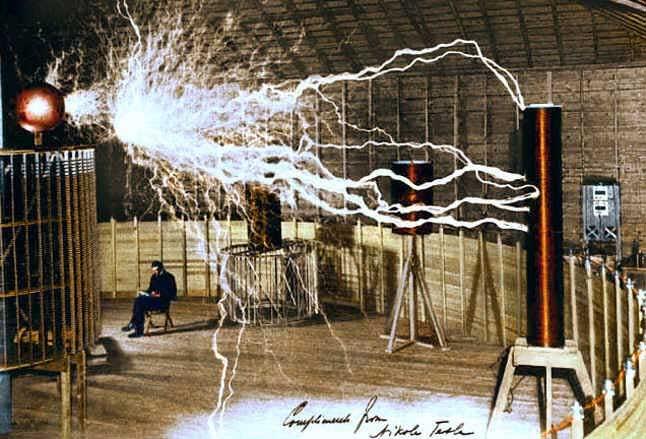 Ο Tesla ανάβοντας μια λάμπα για να διαβάσει..